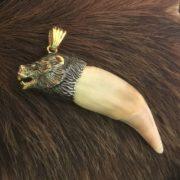 клык медведя с золотом