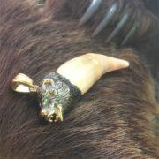 медвежий клык в обрамлении из серебра