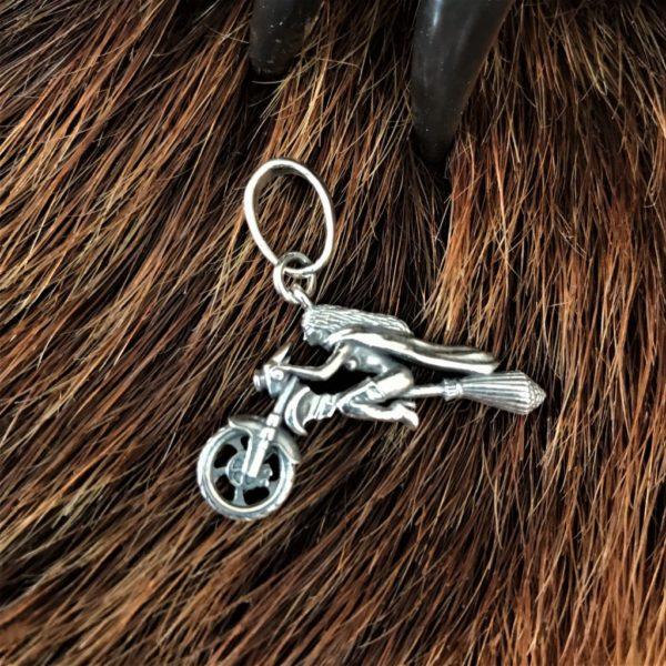 ведьма летящая на метле- прикольная ведьма на метле- ведьмы на метле картинки прикольные- мотоцикл ведьма- байкерские кольца- байкерский браслет- серебряный мотоцикл- байк ведьма- мотоцикл серебро- браслет байкер